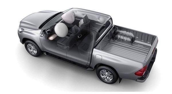 Toyota Hilux trang bị túi khí cho người lái và người ngồi phía trước.